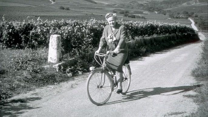 """Madame Bolinger är en av de berömda """"champagneänkorna"""", här på sin cykel i Champagne."""