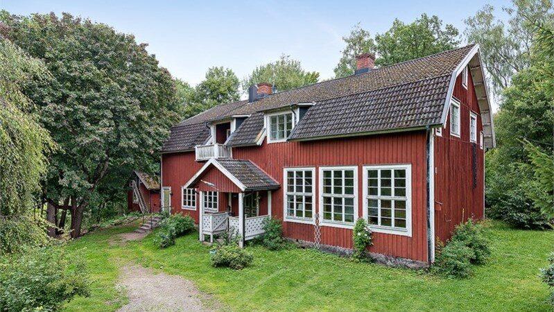 Målaskogs skola som ligger på en kulle i Målaskog, Ljungby, med naturen runt knuten, är nu till salu.