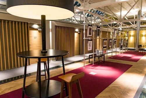 Hotel de Hallen speglar industridesigntrenden i inredningen.