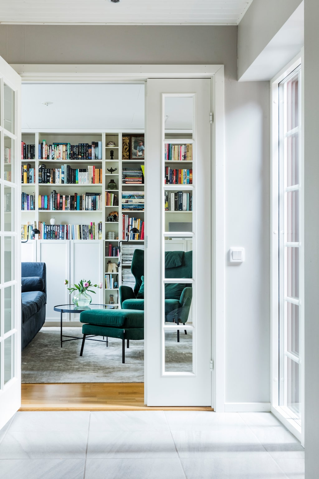 Familjen läser mycket och det finns gott om platser för detta i vardagsrummets läsdel. Soffa, Fogia. Sammetsfåtölj, Room. Matta, Posh Living.