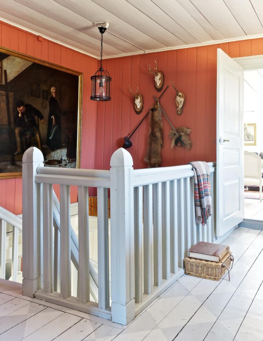 VARMT RÖD<br>Den härliga terrakottaliknande färgen i trappen och hallen på övervåningen har Catarina blandat till med inspiration från en liknande färg som finns i herrgården Olivehult i Östergötland.