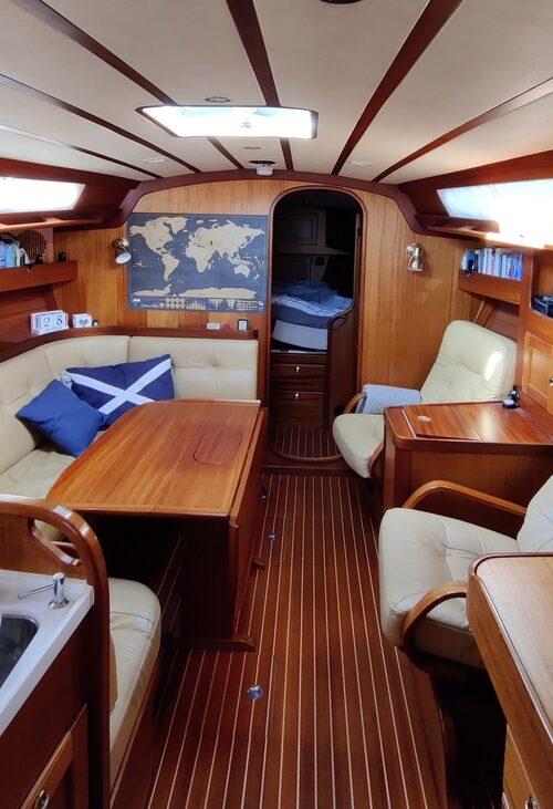 Båten är 15 kvadratmeter och har både sovrum, vardagsrum, kök och badrum.
