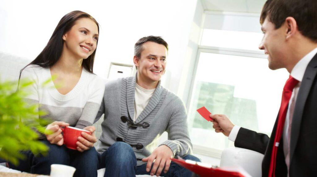 Ska du sälja din bostad och därmed bestämma dig för en mäklare finns det några saker att tänka på. Viktigt är att du jämför och träffar flera mäklare.