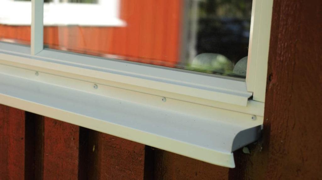 Fönstrebleck ska luta utåt och vara tätt uppvikta på sidan så att inget vatten kan rinna in i väggen.