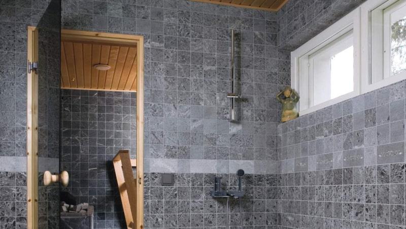 <p>Drömmen om en egen bastu. Många vill mjuka upp sig med ett skönt bastubad. Här ett vackert badrum med sten på väggar och golv. Bastu i täljsten från finska Tulikivi.</p>
