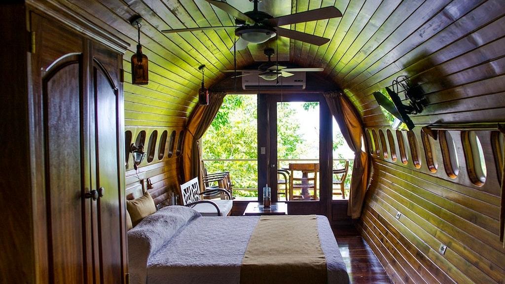 'King Size'-säng i sovrummet – med utsikt rakt ut i djungeln.