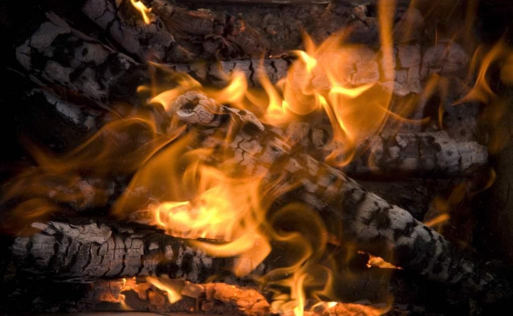 Kommunerna bestämmer när och hur man får elda, men en långvarig tvist kan hamna hos länsstyrelsen. Röken och lukten som bildas kan störa grannfriden.