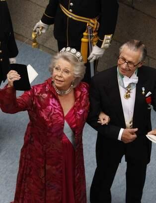 f51d6f397300 CAMILLAS KOMMENTAR: Prinsessan Christina kan konsten att vara parant. Denna  cyklamenröda klänning, det ser ut som blank sidensatin med brokadvävd  aftonkappa ...