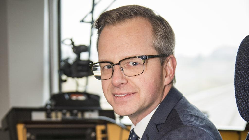 Näringsminister Mikael Damberg gläds åt flygskatt – och nya flyglinjer.