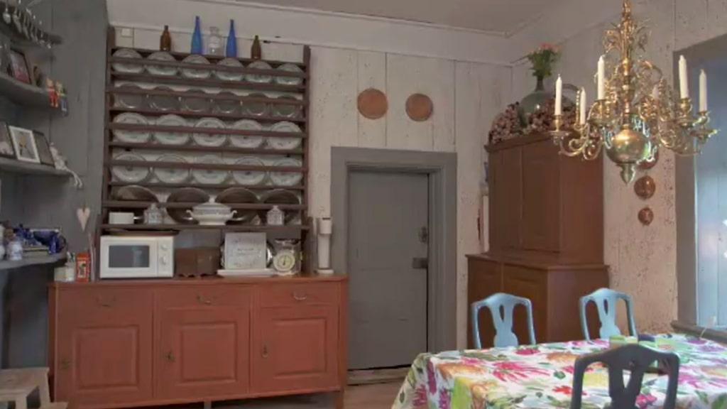 Ena sidan av köket. Det enda moderna här är vaxduken på bordet.