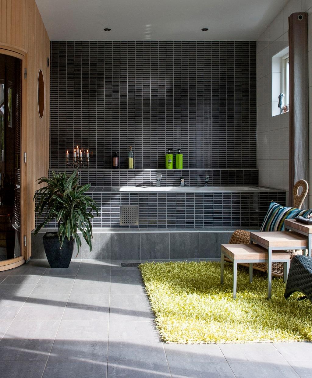 I anslutning till altanen ligger familjens stora bad och relaxrum. Bastun är designad och byggd av Jens.