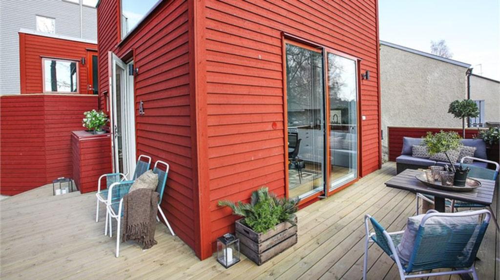 Till huset kommer man via en entréveranda och altanen som är på hela 27 kvadratmeter.