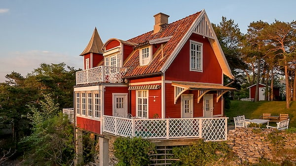 Röd sekelskiftesvilla i Visby.