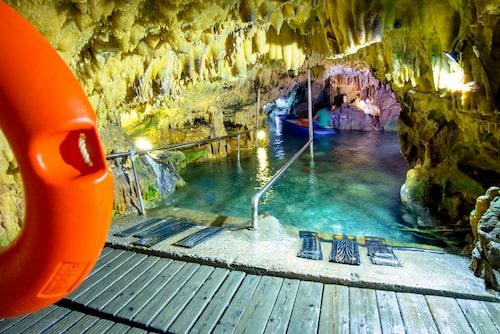 Ovanligt vackra grottor i Diros.