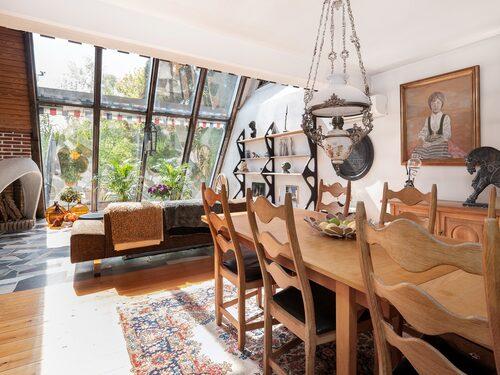 I fil med vardagrummet, under andra våningsplanet, ligger matsalen som leder in till köket.