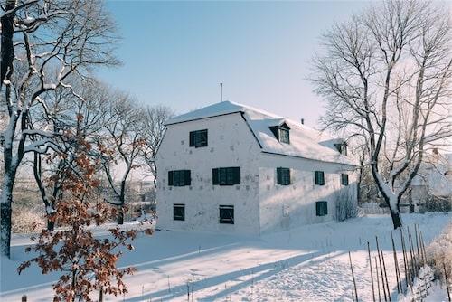 Läget är perfekt för ett bostadshus – i ett villaområde i Fagersta.