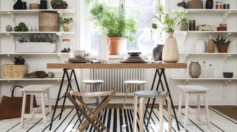 Matbord Sinnerlig med bordsskiva av kork, 995 kronor, benbock Sinnerlig, 250 kronor, styck, fyrkantig pall Norråker, 299 kronor, allt från Ikea. Läderpall med träben, 1 920 kronor, Muubs. Pallar i trä med grå metallben, 865 kronor styck, Habitat. Pall med ljusa ben och grå sits, 99 kronor, Ikea, sitsen är målad i efterhand. Matta Ristinge, 2 x 3 meter, 2 495 kronor, Ikea. På golvet, läderkorg, 2 750 kronor, Maze interior.  I Hyllan längst upp från vänster, svart päron, 295 kronor, Muubs. Träskål med lock, 175 kronor, Habitat. Vas i trä och svart, 149 kronor, Ikea. Keramikskål, 525 kronor, Muubs.  Hyllan under, betongdekoration, 210 kronor glas, 112 kronor styck, dricksglas, 112 kronor styck, allt från Muubs. Korg, 420 kronor, Habitat. Växt, Floristkompaniet.  Hyllan näst längst ner, betongkruka, privat. Glasskål med korklock, 129 kronor, Ikea.  Hyllan längst ner, korg, 265 kronor, Habitat. Mortel, 450 kronor, Love warriors. Läskorg, 235 kronor, Viking sun.  Hylla på höger sida, servetter, 545 kronor för fyra stycken, Axlings linne. Korg, privat. Svarta muggar, 279 kronor styck, skålar, 325 kronor styck, allt från Muubs. Glasburkar med lock, 89-95 kronor styck, Habitat.  Näst högst upp, keramikburk med korklock, 295 kronor, grön tillbringare, 485 kronor, Soop.  Träbox med sex stycken glas, 840 kronor, Soop. Terrakottatallrikar, 89 kronor styck, Habitat. Träskål, 175 kronor, Muubs.  Hylla, andra från golvet, tekanna av glas, 295 kronor, Habitat. Keramikskål med lock, 390 kronor, Habitat. Växt, Floristkompaniet.  Hyllan längst ner till höger, lykta, 255 kronor, Habitat. Flaskor med kork, 79 kronor respektive 89 kronor, båda från Ikea. Stenskål, privat.  På bordet, stor trätallrik, 250 kronor, Malaika cotton. Svart mattallrik, 379 kronor styck, grå mattallrik, 525 kronor styck, mindre trätallrik, 179 kronor, träskål, 175 kronor, styck, allt från Muubs. Vit karaff, 219 kronor, Habitat. Servetter, 545 kronor för fyra stycken, Axlings Linne. Trävas, 470 kronor, Habitat. Ke