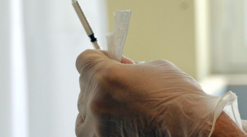 Årets mest spridda influensavirus, svininfluensa, kan även drabba annars friska vuxna i arbetsför ålder svårt.