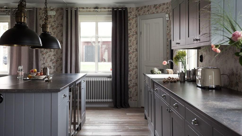 Maskinerna i köket är påkostade och i ett hörn finns en sexkantig utbyggnad med skafferi.