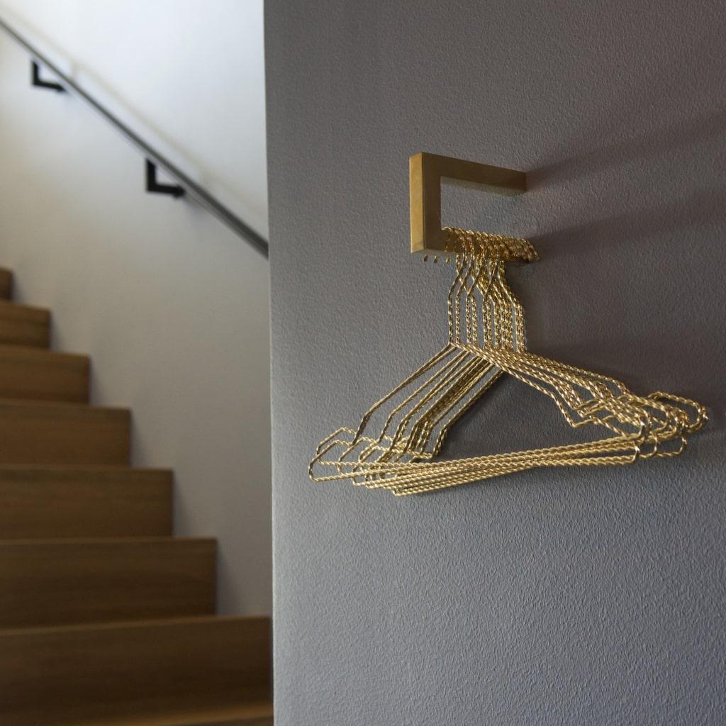 I hallen. Lyxig känsla med mässingsknoppar från Nordiska Galleriet.