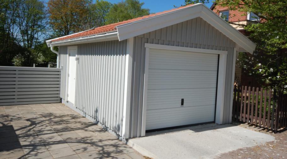 <strong>Ritningar medföljer</strong><br>Garage 3,70 x 6,10 meter, med ytterdörr och takskjutport. Utförlig monteringsbeskrivning medföljer och bygglovsritningar ingår i byggsatsen. 57 300 kronor. Frakt ingår upp till 400 km från fabriken i Sjöbo.<br>Info: svenskabyggsatser.se.