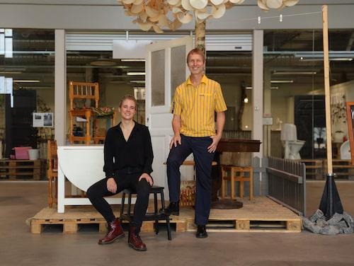 Jonas Carlehed, hållbarhetschef Ikea Sverige tillsammans med Sofia Bystedt, centrumledare för ReTuna Återbruksgalleria.