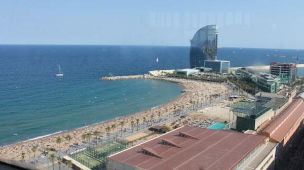 Ta linbanan från stranden i Barceloneta till berget Montjuïc.