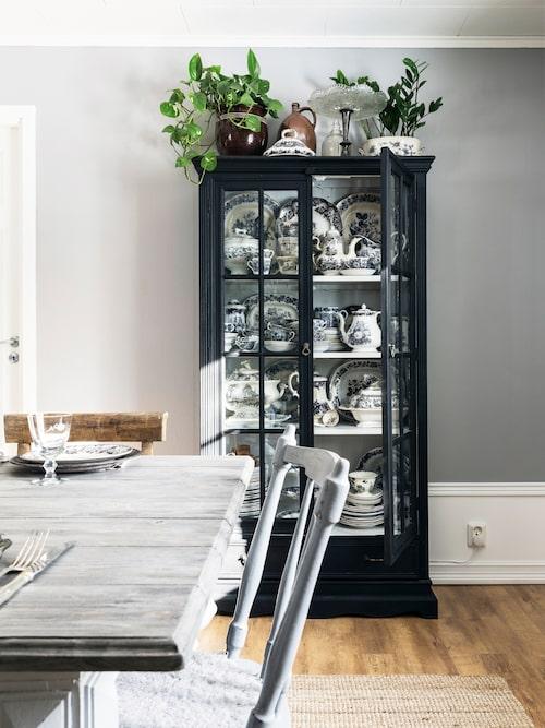 I det svarta vitrinskåpet finns en samling med svartvitt porslin. Det mesta av porslinet har köpts på Tradera eller loppis. Skåpet fyndades på Blocket för några hundringar och målades svart.
