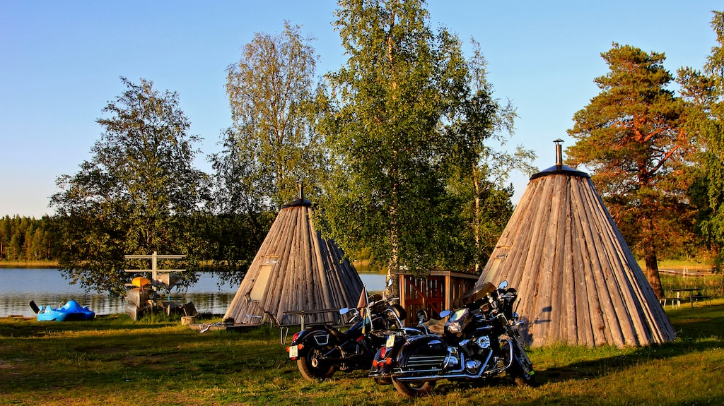 I Lappland kan man sova i lappkåtor.