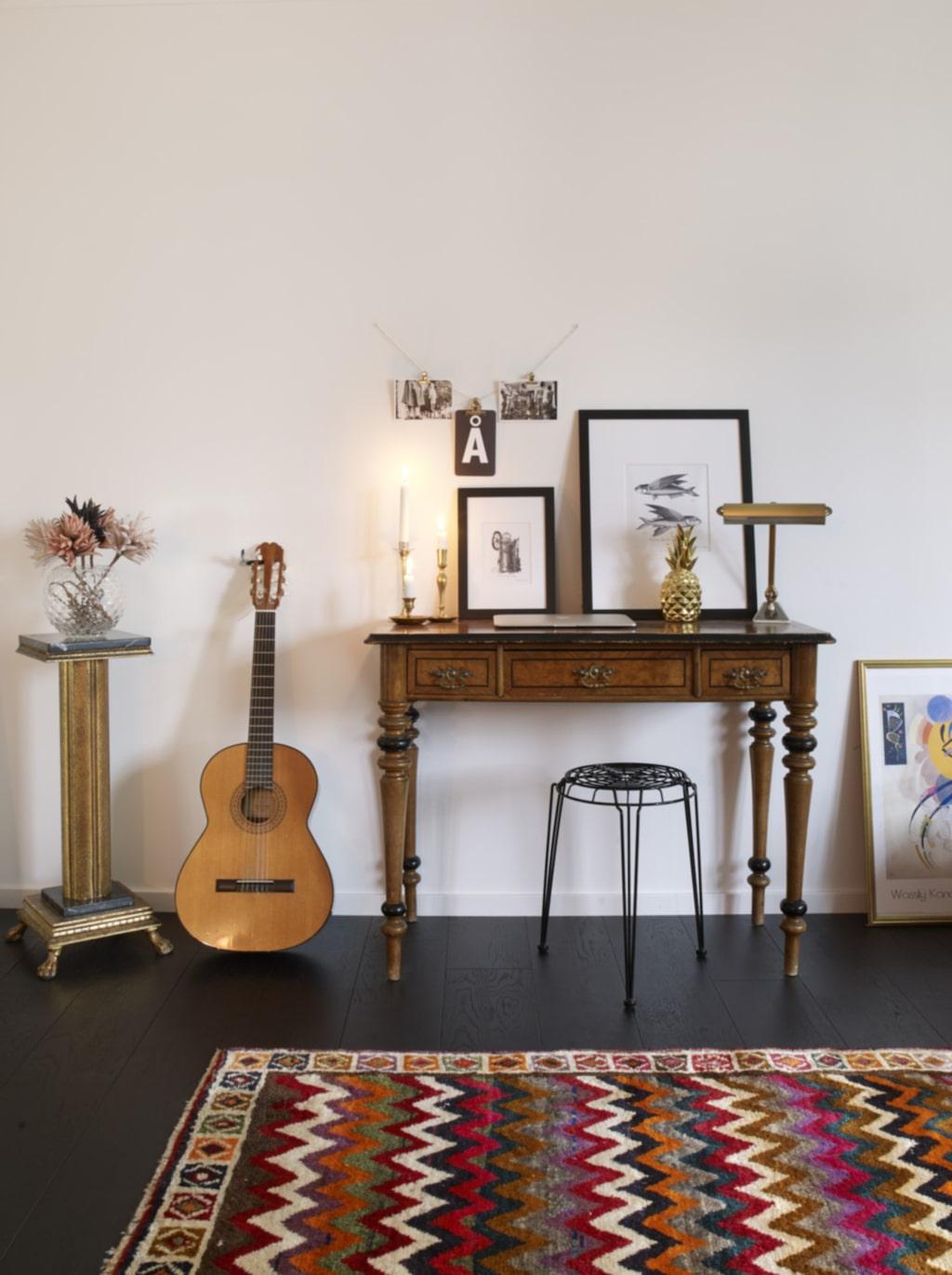 Skrivbord. Lovisa föll för skrivbordet på en auktion och köpte det fast hon egentligen inte hade någon plats för det hemma, vilket resulterade i att hon fick möblera om och plocka bort andra saker. Mattan är handgjord och kommer från Grekland.