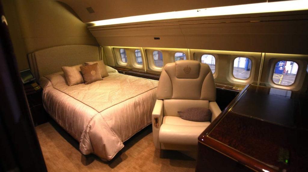Privatplanet har en dubbelsäng och flera lounger.