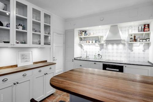 Från entrédörren når man direkt köket, som renoverades 2018.