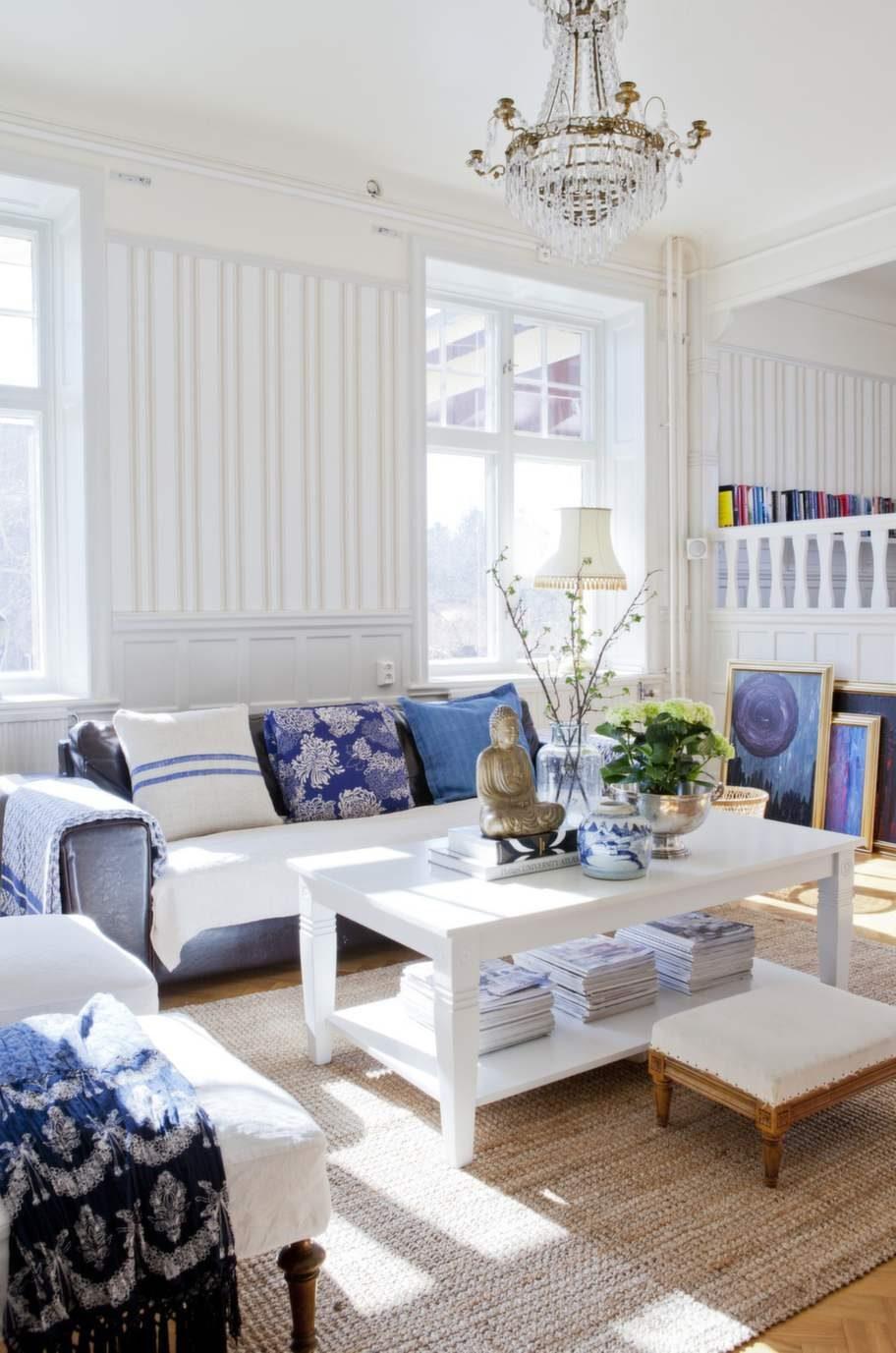 Klassiskt snyggt med blått och vitt i vardagsrummet.