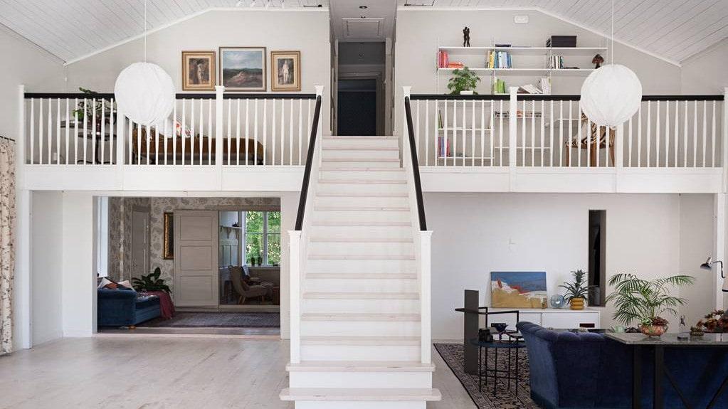 Trappen upp till övervåningen och den nybyggda balkongen.