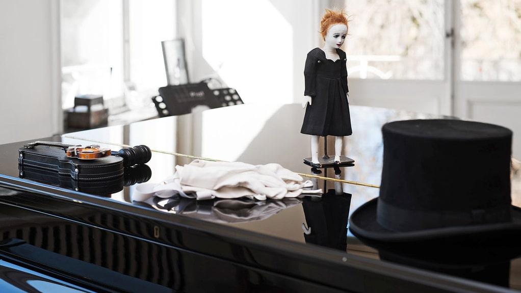 På flygeln ligger Rikards hatt och en docka – kanske föreställer det Edith Piaf, en av hans stora förebilder.