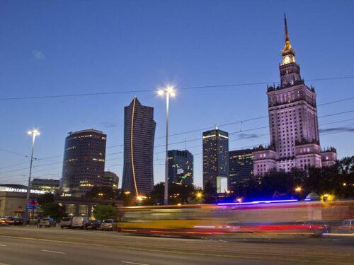 """Warszawaborna är kluvna till Kulturpalatset, en gång påtvingad dem som en """"gåva"""" från """"broderlandet"""" Sovjetunionen."""