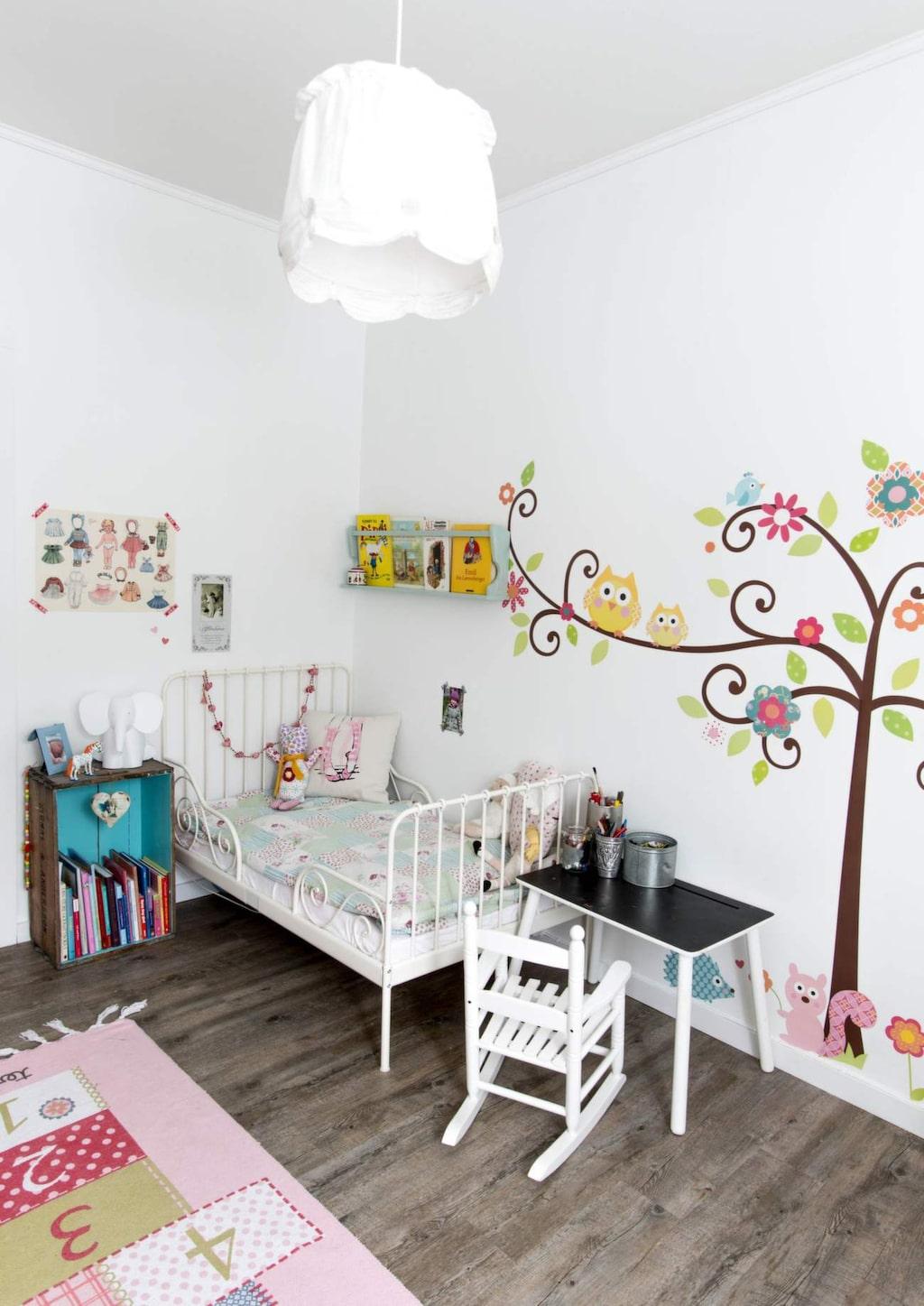 <p>Fina väggar med stickers.&nbsp;Säng från Ikea, bord från Bohus och gungstol från Kremmerhuset. Matta från Ellos och taklampa från Ikea.</p>