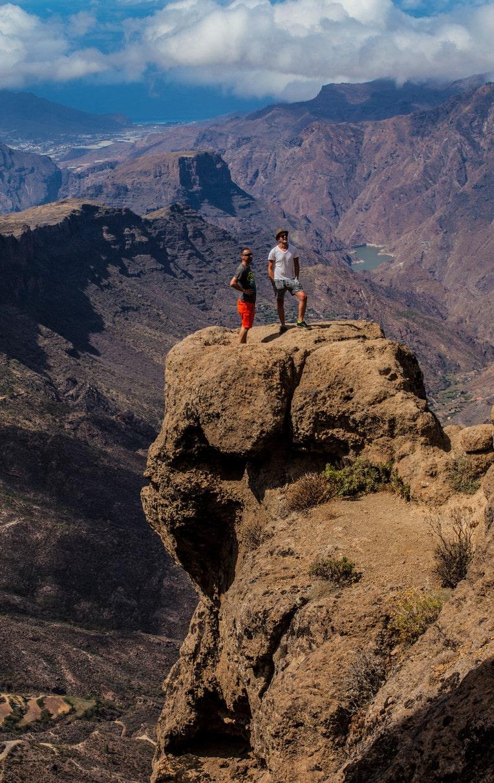 Många ger sig ut på en liten klippavsats för att få den ultimata Instagrambilden vid Roque Nublo.