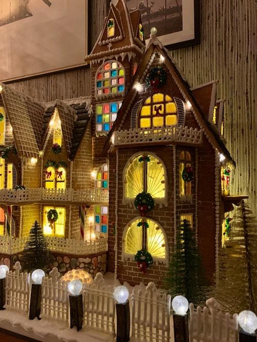 Husets fönster är ätbart glas som Malin gjort själv.
