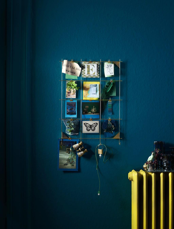 Myrheden ram 149 kr. 12 clips ingår och möjlighet att hänga nycklar och andra små saker på krokarna. Förnicklad stål. Design: Anki Gneib. Mässingsfärgad.