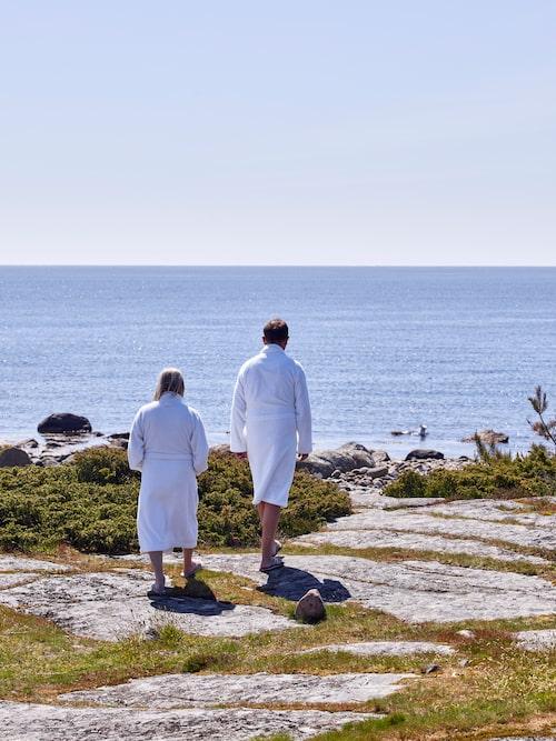 Anita och Jörgen på väg ner till vattnet för att ta ett dopp.