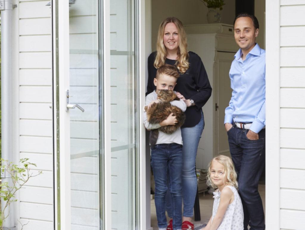Camilla, Henrik och barnen Gabriel, Elin och katten Morris.