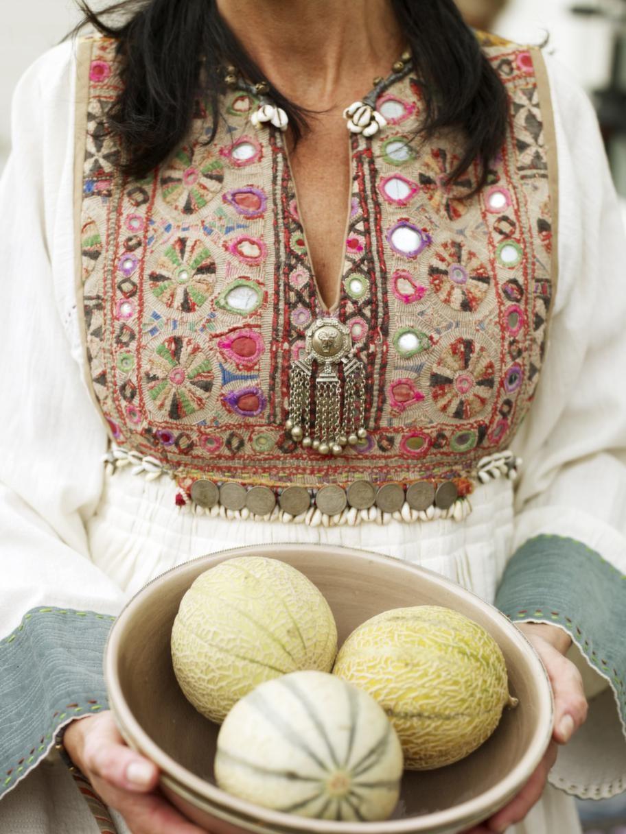 Söt klänning<br>Kochi klänning, nomadklänning från Afghanistan. Gjord av handvävd bomull med en semiantik front, design Ulrika Svalling, 6 450 kronor, Raja. Marockansk skål med silverkant, 349 kronor, Medinan.