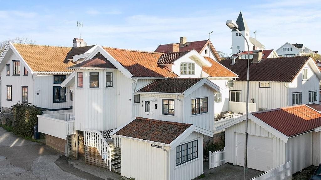 På tomten finns både garage, ateljé/gästhus och parkering.