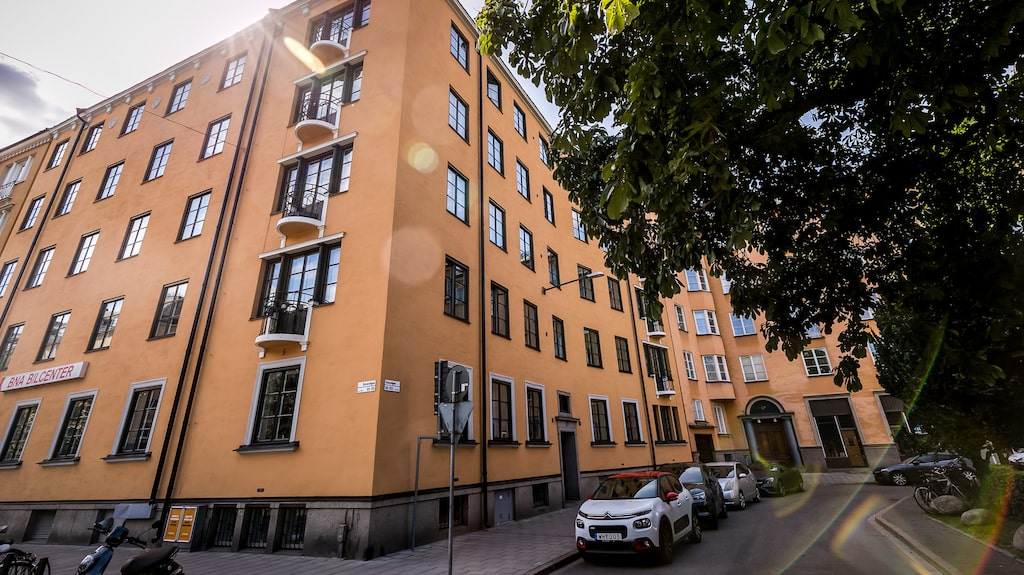 Lägenheten ligger på Sveavägen i Stockholm.