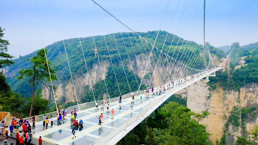 Den stora glasbron i Zhangjiajie i provinsen Hunan är 430 meter lång. Här har skett olyckor med fallande stenar.