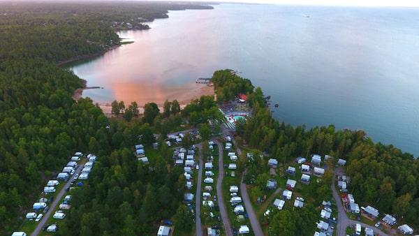 Ursand Resort & Camping ligger vid Vänern utanför Vänersborg.