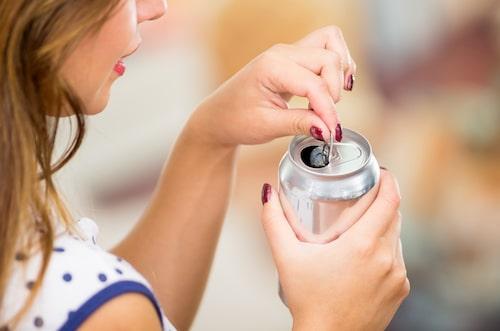 Törstig? Köp hellre dryck i glasflaska i stället för burk.