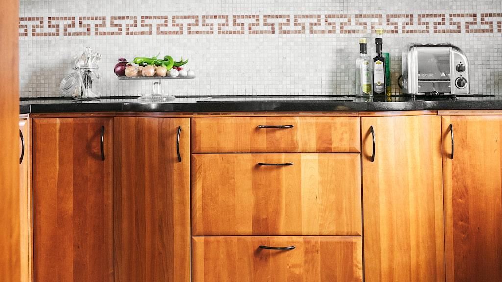 Ett nytt kök står på önskelistan, men köket i körsbär som fanns i huset när Marie och Erik köpte huset är fullt funktionellt. Köksrenoveringen består än så länge av planer, och drömmar i vitt eller lindblomsgrönt.