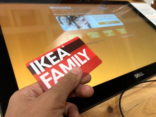 Du behöver inte ett fysiskt Ikea-kort längre. Du kan skriva ut ett tillfälligt kort i en automat i varuhusets entré. Du kan dessutom ladda ner en streckkod i mobilen som du kan skanna i kassan på varuhuset.